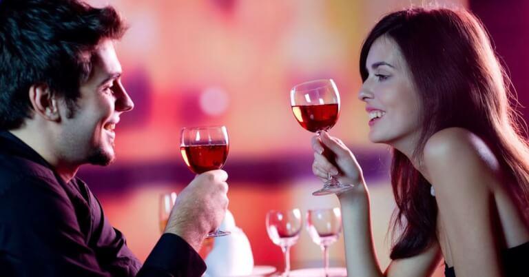 Rencontre d'un homme et une femme qui boivent